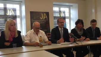 Die SVP-Landräte Pascale Uccella und Paul Wenger, Pascal Ryf (CVP), Caroline Mall (SVP) und Marc Schinzel (FDP, von links) wollen finanziellen Schaden von der Volksschule abwenden.