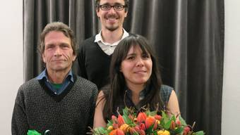 Samuel Spahn (links) und Catalina Wolf-Miranda übergeben das Grünen-Präsidium Andreas Wolf.