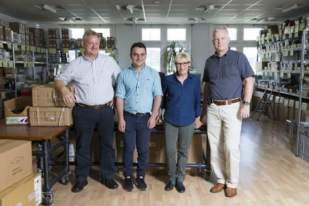 Urs Künzler (l.) leitet gemeinsam mit seinem Bruder Ralpf (r.) die IT-Firma Cropmark. Luan Trolli mit Stiftungsratsmitglied Verena Wannaz, die für die Betreuung zuständig ist.