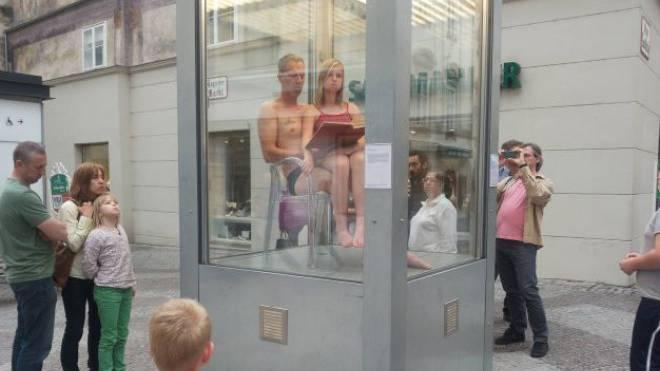Diese Szene wird im Kleinbasel zu sehen sein. Sie wirft die Frage auf, wie viel Berührung es geben darf zwischen Vater und Tochter. Foto: ZVG/Donaufestival