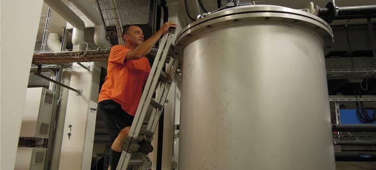 Harry Schwarz klettert die Leiter an der Filteranlage hoch.