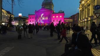 Die beleuchtete Fassade des Bundeshauses zur Berner Museumsnacht