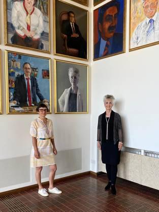 Regierungsrätin Carmen Walker Späh mit der Künstlerin Andrea Muheim vor dem Portrait. Bild: Kanton Zürich