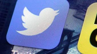 Twitter-App auf einem Smartphone - der Onlinedienst hat hunderztausende Konten wegen Terror-Botschaften gesperrt.