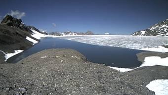 Durch Schmelzwasser bilden sich auf dem Plaine Morte-Gletscher jedes Jahr mehrere Gletscherseen. Der Favergessee (hier im Bild) auf der Grenze Bern-Wallis entleert sich jeweils auf die Berner Seite in die Simme.