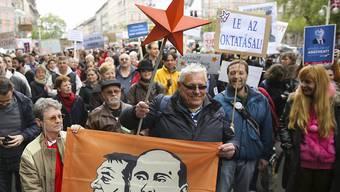 """Teilnehmer am sogenannten """"Friedensmarsch"""" in Budapest"""