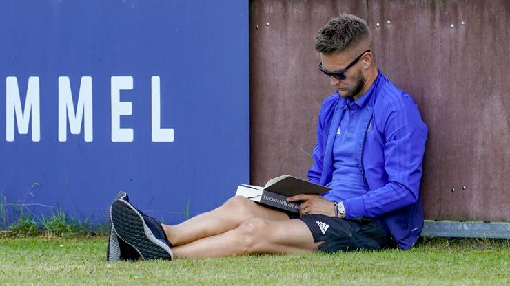 Tomas Vaclik liest vor dem ersten FCB-Testspiel im Trainingslager im Sommer 2018 ein Buch, statt sich mit den Noch-Kollegen aufzuwärmen.