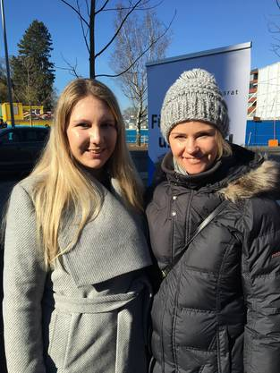 Mitorganisatorin von Zäme Zämestah posiert in der Sonne mit Natalie Rickli