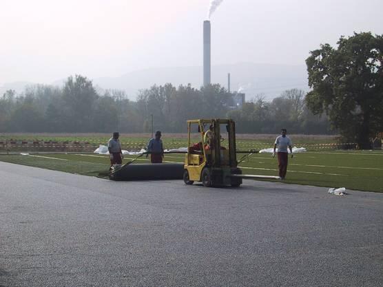 Der Kunstrasenteppich wird verlegt