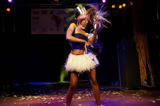 Die in Dietikon aufgewachsene Youma Diew präsentiert einen senegalesischen Tanz