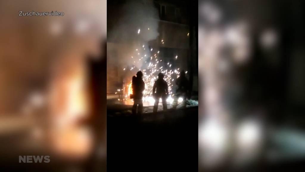 Spektakulärer Brand am Viktoriaplatz: Feuerwehreinsatz beim ehemaligen Feuerwehrdepot