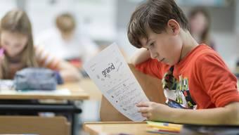 Die Kinder der Zürcher Volksschule werden weiterhin Französisch und Englisch auf der Primarstufe lernen. Das Stimmvolk lehnte die Initiative der Lehrerverbände für nur eine Fremdsprache auf dieser Stufe ab.
