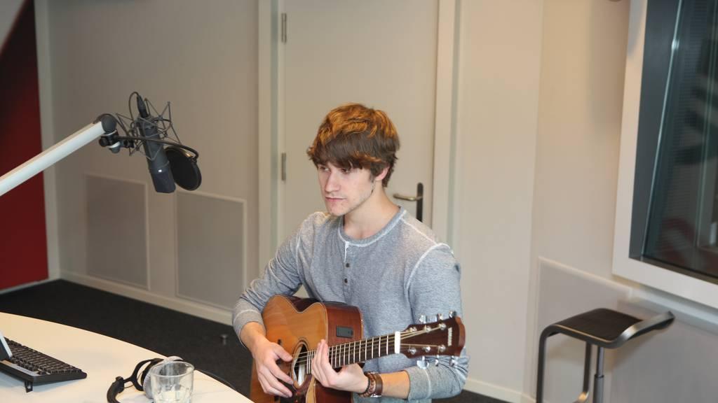 Hit600: Damian Lynn sang live im Studio