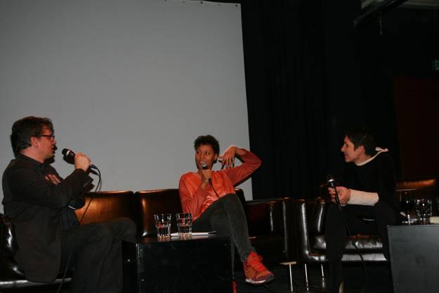 Amina Abdulkadir im zwischen den Moderatoren Urs Heinz Aerni und Monika Schärer