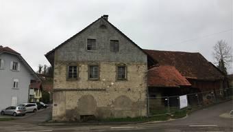 Schon bald werden im Kaister Dorfkern Baumaschinen auffahren. Der Scheunenteil des Hauses (rechts) wird dabei abgerissen. mf