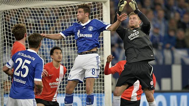 Mainz-Goalie Loris Karius klärt vor dem Schalker Leon Goretzka