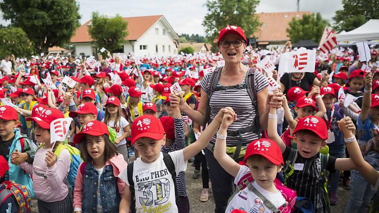 """5000 Schülerinnen und Schüler und 350 Lehrpersonen sangen in Saignelégier zum Auftakt der Feierlichkeiten zum 40-jährigen Bestehen des Kantons Jura die offizielle Hymne """"Rauracienne""""."""