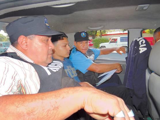 García soll der mittelamerikanischen Jugendbande Mara Salvatrucha angehören und 2010 in Long Island eine junge Frau und deren zweijährigen Sohn getötet haben.