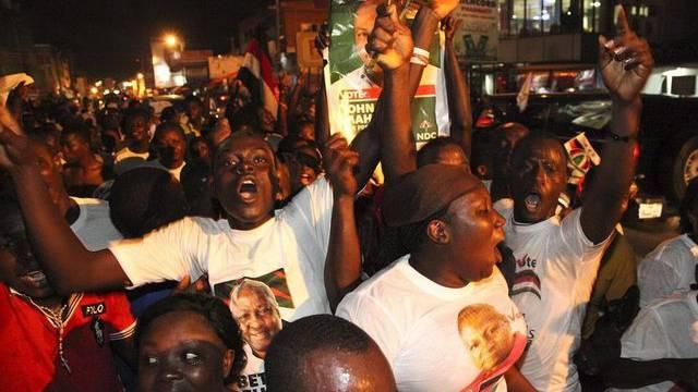Feiernde Anhänger des wiedergewählten ghanaischen Staatschefs Mahama in Accra