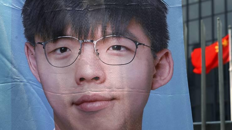 Der bekannte Demokratieaktivist Joshua Wong ist von den nächsten Wahlen in Hongkong ausgeschlossen worden. (Archivbild)