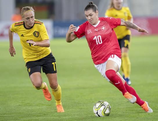 Ramona Bachmann (rechts) fehlt der Schweizer Nati im Barrage-Hinspiel gegen die Niederlande wegen einer Sperre.