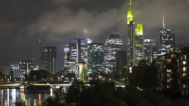 """Sorgen an den europäischen Kapitalmärkten vor einem """"harten"""" Brexit ohne Anschlussabkommen, im Bild die Skyline von Frankfurt."""