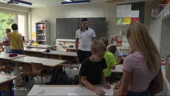 """Der Zuger Marcel Bieri gewann am """"Eidgenössischen"""" den Kranz. Nach den Schwingfans vermag er auch seine Schülerinnen und Schüler der Primarschule Rudolfstetten zu begeistern."""