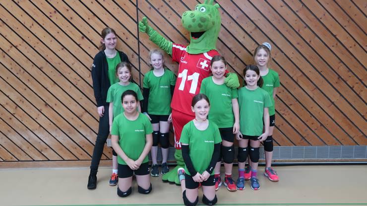Am nationalen Spieltag Kids Volley in Seon trafen die Möhliner Volleyballerinnen auf das Volleyball-Maskottchen Vollito.