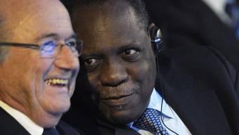 FIFA-Präsident Joseph S. Blatter (l.) und Issa Hayatou, Mitglied des FIFA Exekutivkomitees, aufgenommen am Donnerstag, 2. Dezember 2010, in Zürich.