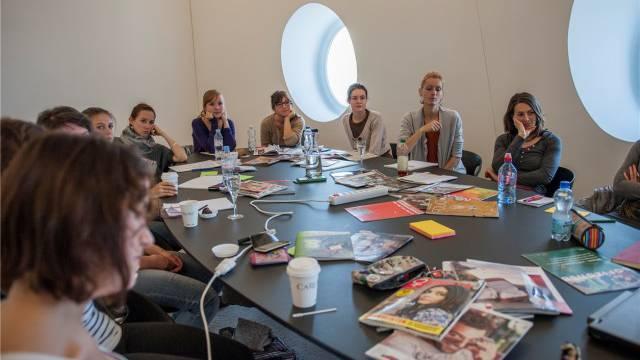 Teilnehmende der Schweizer Jugendmedientage beim Magazin-Workshop im NZZ-Gebäude. Foto: Manuel Lopez