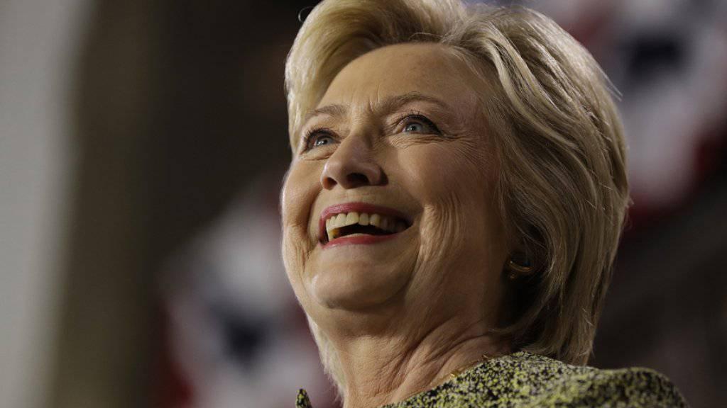 Versuchte ihrem Konkurrenten Donald Trump für einmal mit Witzen Feuer unter dem Hintern zu machen: Hillary Clinton. (Archivbild)