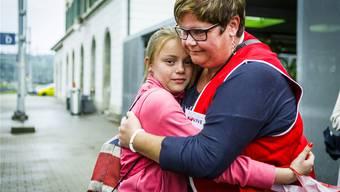 Bettina Moor aus Klingnau nimmt am Bahnhof Brugg Ferienkind Michelle (10) in Empfang. Chris Iseli