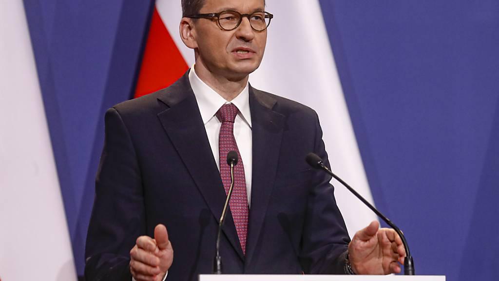 ARCHIV - Polens Premierminister Mateusz Morawiecki spricht während einer Pressekonferenz. Foto: Laszlo Balogh/AP/dpa
