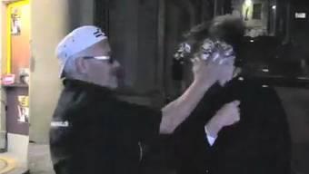Micheline Calmy-Rey bekommt eine Torte ins Gesicht gedrückt