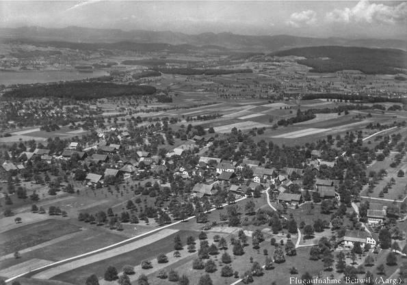 Diese Flugaufnahme von Bettwil, der höchst gelegenen Gemeinde im Aargau, wurde 1938 vom Verlag Hugo Kopp, Zürich, als Postkarte herausgegeben.