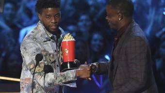 Chadwick Boseman (l) gibt seinen MTV-Preis für den besten Helden weiter an James Shaw Jr., der in einem Waffel-Haus einen Amokläufer entwaffnete.