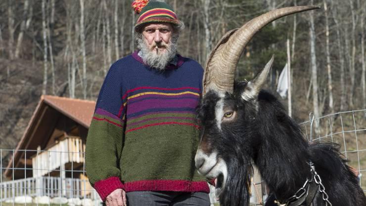 Inniges Verhältnis zu seinen Tieren: Bergbauer Armin Capaul kennt jede Ziege mit Namen. Von seiner «Hornkuh»-Initiative sollen denn auch alle Nutztiere mit Hörnern profitieren.