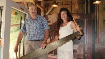 Sie bringen die «Moosersagi» auf Vordermann: Oskar Urech und Heidi Mosimann.