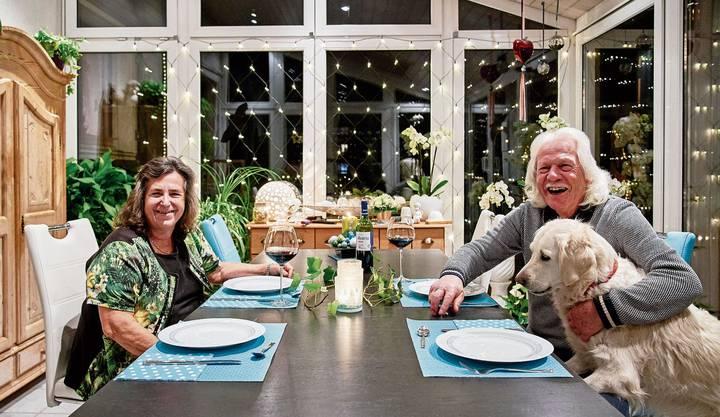 Auch im Wintergarten der Villigers dürfen Lämpchen nicht fehlen. Das Ehepaar wohnt seit 35 Jahren im «Häxehüsli». Seit vier Jahren zusammen mit Hündin Joya.