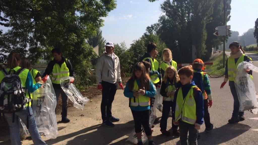 Mitglieder der Gemeinde Flaach, des Cevi und der Ranger des Naturzentrums Thurauen ZH sammeln am Clean-Up-Day 2015 gemeinsam Abfall.