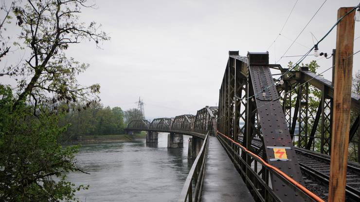 Holzpfähle, Lampen und Kabel weisen auf die Sanierungsarbeiten an der historische Eisenbahnbrücke Koblenz-Felsenau hin. (Bilder vom 8. Mai 2019).