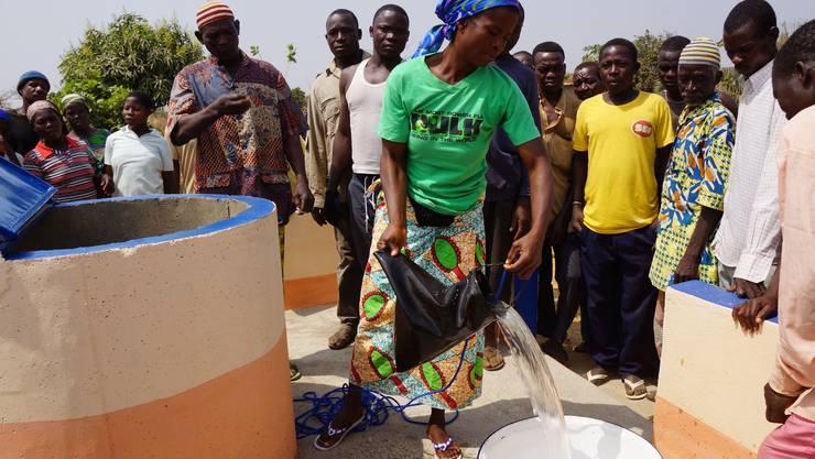 Erstmals wird hier Wasser aus eienm Brunnen geschöpft, bei dessen Bau die MVCP Togo mitgeholfen hat.