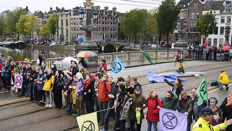 Aktivisten der Umweltbewegung Extinction Rebellion haben am Samstag in Amsterdam eine Brücke blockiert.