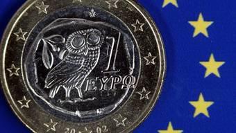 12 Milliarden solcher Euros liegen in zwei Wochen auf dem Konto des verschuldeten Griechenlands