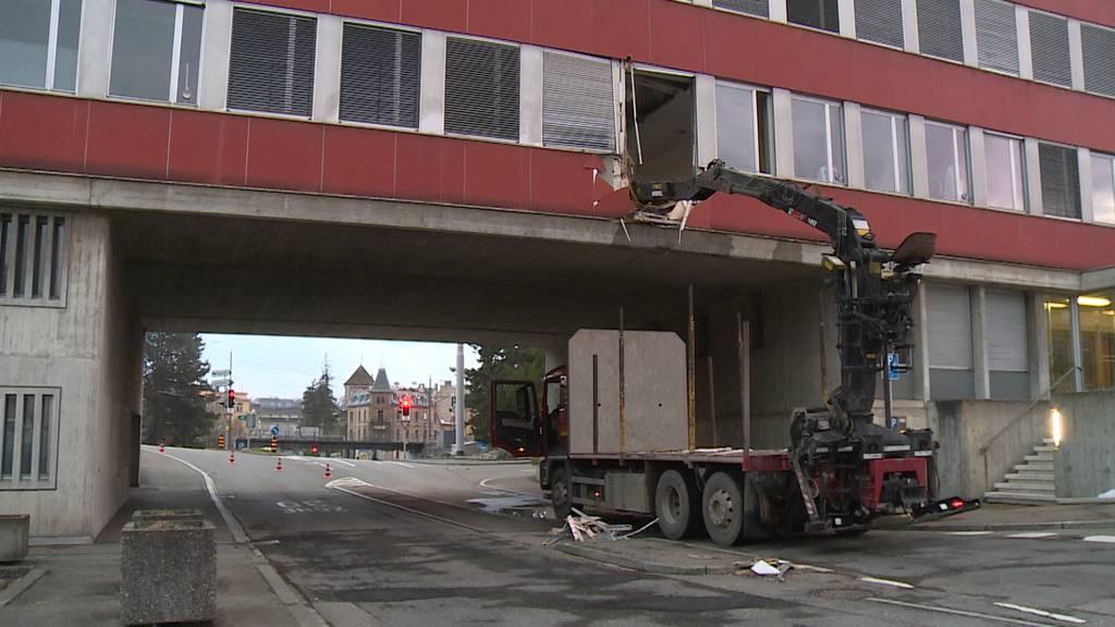 Nicht richtig eingeklappt: Lastwagenkran rammt Gebäude in Schaffhausen