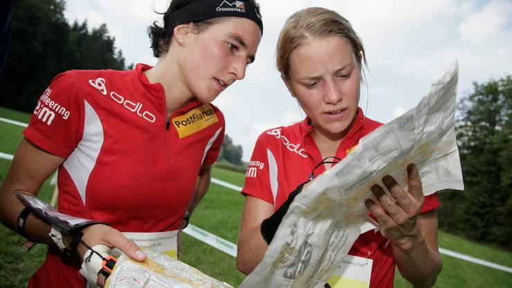 September 2009: Lea Müller wird an der SM Zweite und diskutiert im Ziel die Route mit der dritten Ines Brodmann.  Keystone