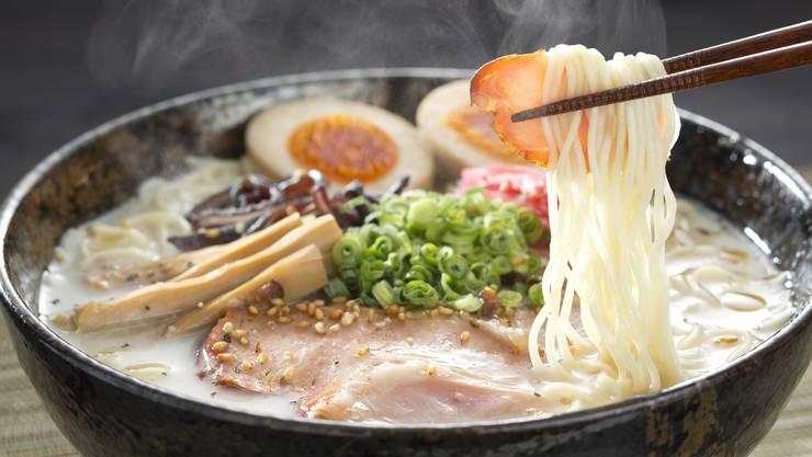 Ramen-Gericht. Nudeln, Schweinefleisch, Lauchringe und Ei – aber auf asiatisch. shutterstock