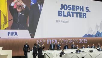 Während sich Sepp Blatter feiern lässt, sparen seine Gegner nicht mit Kritik und Kampfansagen.