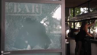 So sah die Glasscheibe bei der Hafebar am Montagmorgen aus. (Archiv)