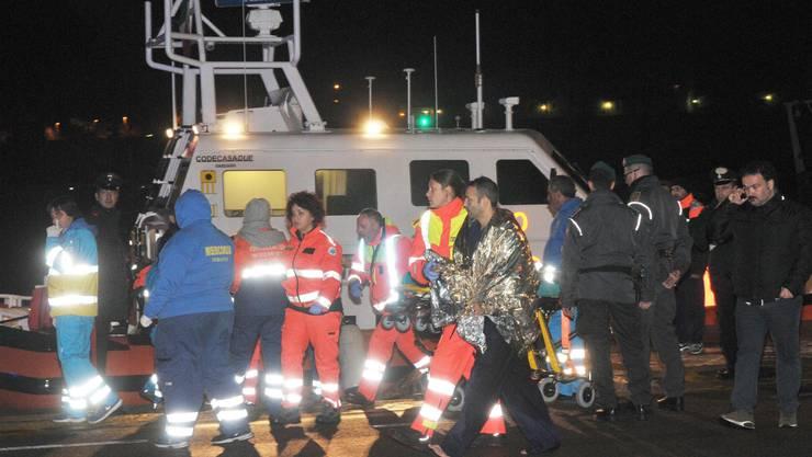 Einsatzkräfte retten Passagiere von der Fähre.